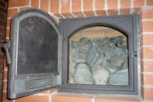 Камни в банной печи с закрытой каменкой